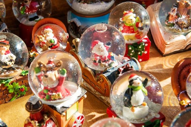 Красочные рождественские снежные шары