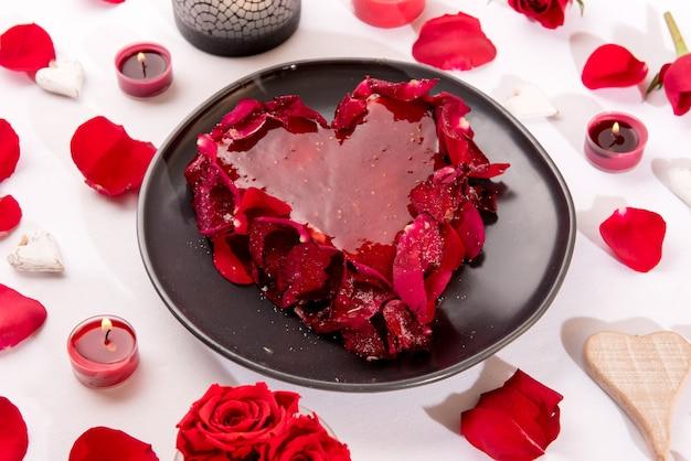 ロマンチックなハート型の赤いケーキ