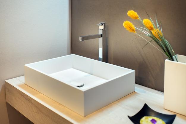 モダンなバスルームにスタイリッシュな長方形の手洗面器