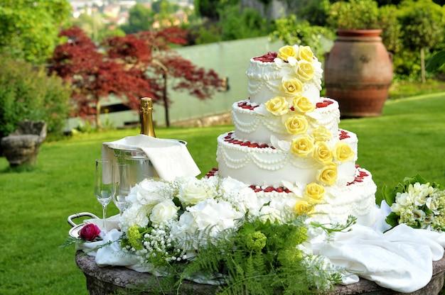 Большой многоярусный декоративный свадебный торт