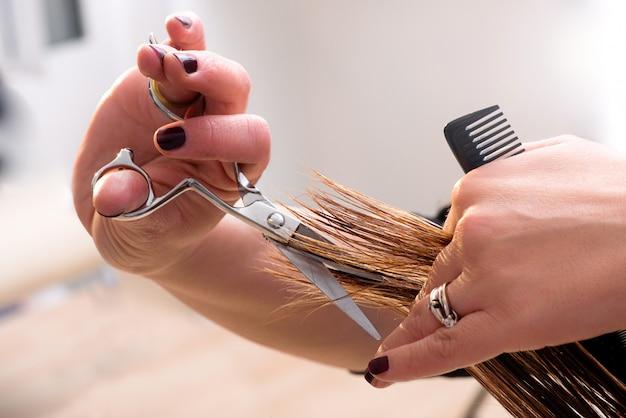 髪の毛の両端をトリミングする美容師