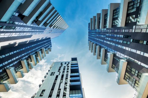 モダンなミラノのアパートメントブロックの低い視点