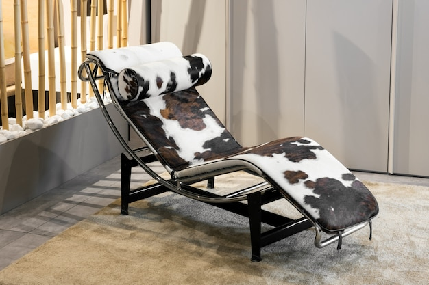 動物皮付きのエレガントでモダンな寝椅子