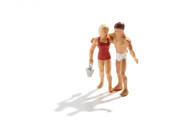 Влюбленная пара на пляже в купальниках