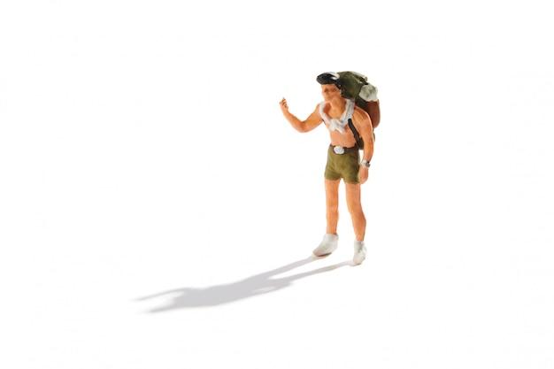 バックパックに立ってヒッチハイキングと若い男