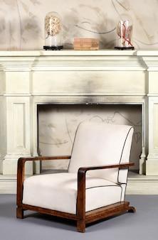 アールデコ様式の布張りの白いアームチェア