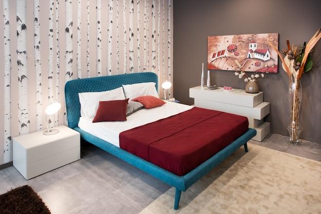 青いベッドと寝室のデザインコンセプト