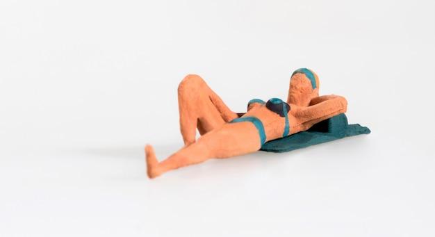 Миниатюрная дама в бикини лежала загорать
