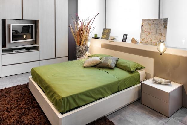 Дизайн спальни с высокой двуспальной кроватью