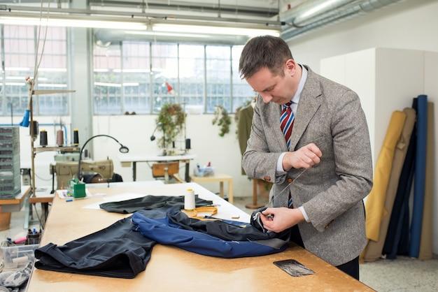 ジャケットの裏地を手縫いで調整