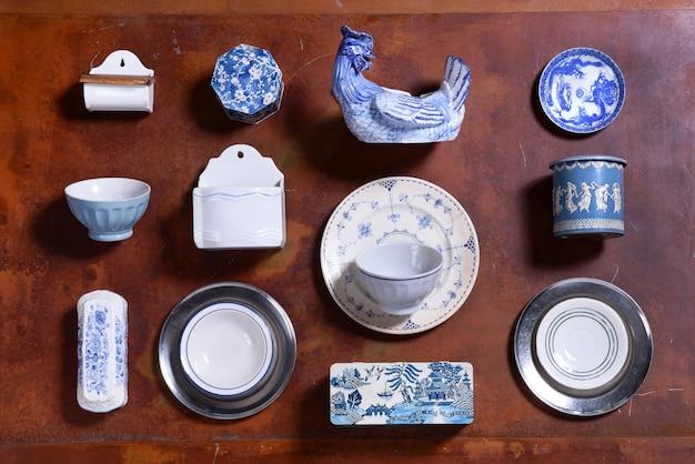 青と白の台所用品のコレクション