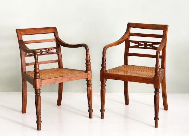 Два старинных деревянных кресла в колониальном стиле