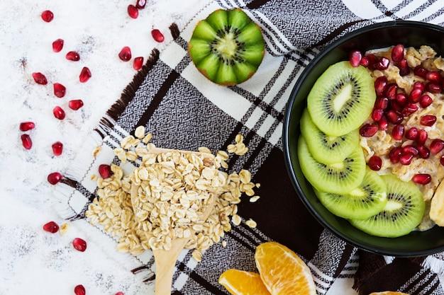 健康的な朝食。白のフルーツとオートミール。上面図