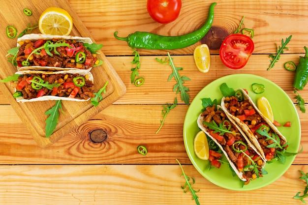 牛肉とトマトソースのメキシコのタコス