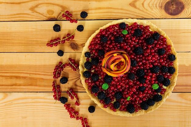 赤スグリ、桃、ブラックベリーのおいしいタルト。上面図