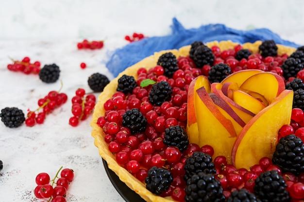 Вкусный пирог с красной смородиной, персиком и ежевикой