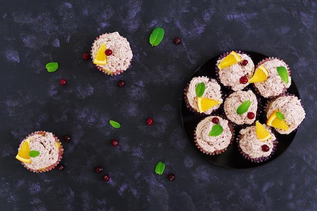 Лимонные кексы с вишневым кремом