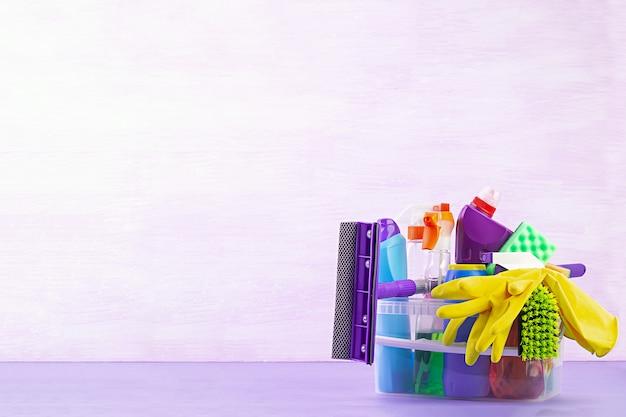 Концепция уборки. красочный набор для чистки различных поверхностей на кухне, в ванной и других помещениях.