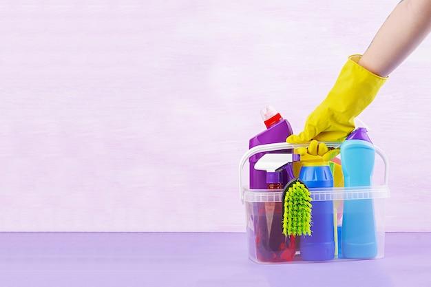 クリーニングサービスのコンセプト。キッチン、バスルーム、その他の部屋のさまざまな表面用のカラフルなクリーニングセット。