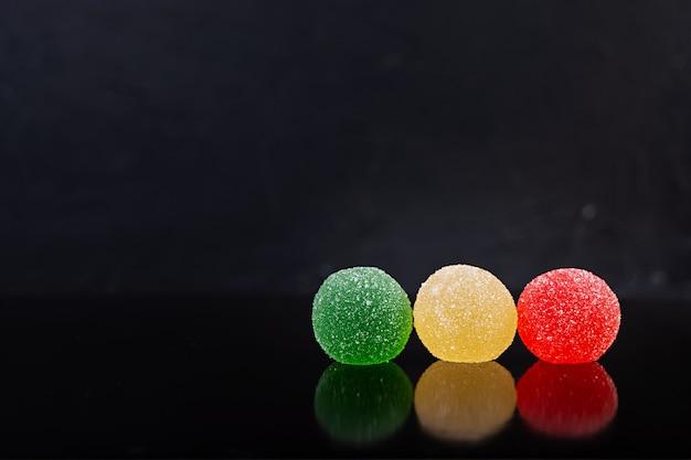 Красочный мармелад изолированы. вкусные мармеладные шарики.