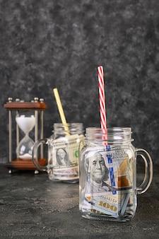 事業コンセプト。瓶の中のお金。危機、切り下げ、お金を節約します。