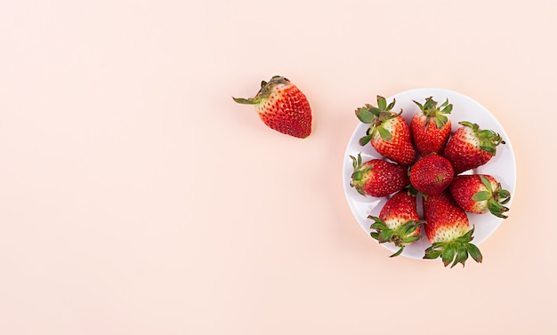 ピンクの背景に甘いイチゴ。上面図。平干し。