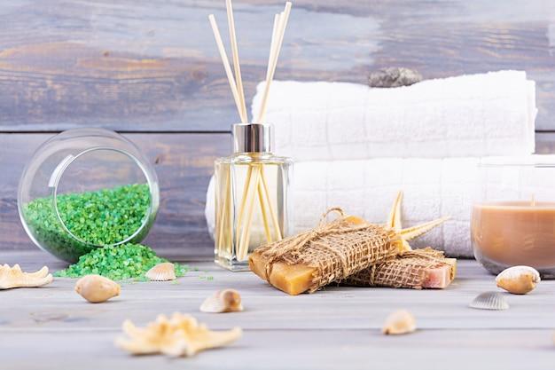 浴室付属品。スパおよびビューティーシアター製品。天然温泉化粧品とオーガニックの脅迫ボディケアのコンセプト。