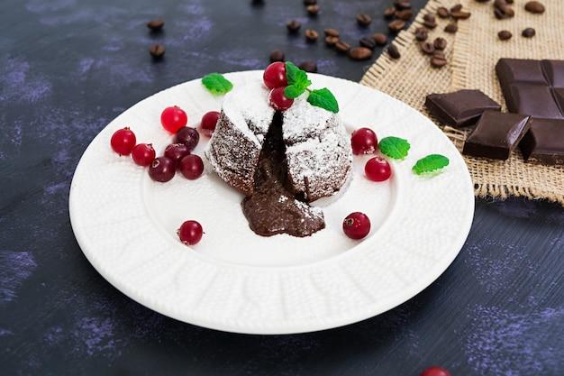 クランベリーソースがけのチョコレートフォンダン。