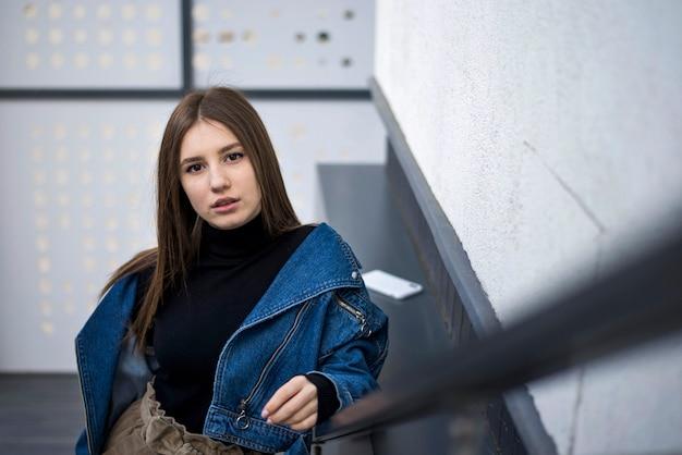 Дама с веснушками на лестнице
