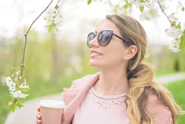 Молодая блондинка леди, наслаждаясь время весны