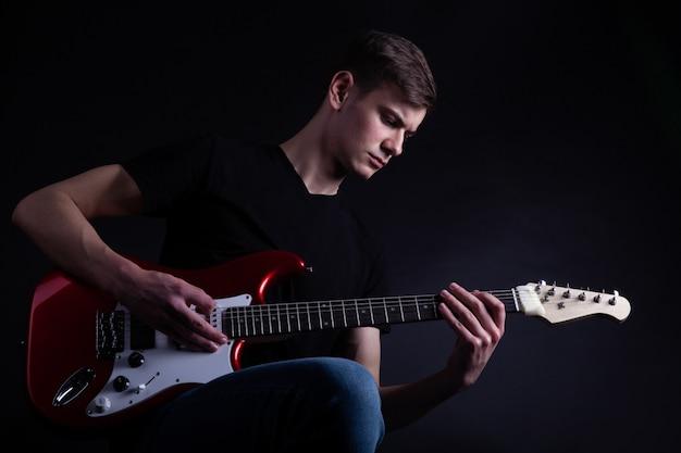 ロックバンドのアーティストがギターを弾く