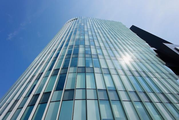 ガラスの壁のある建物