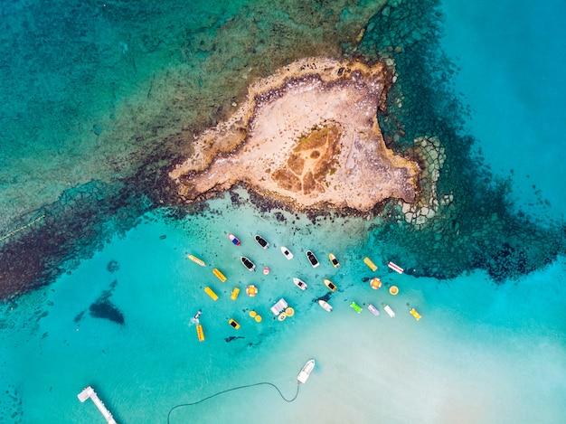 イチジクの木湾のビーチの近くに停まっているボートの島