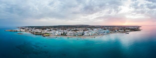 キプロスの日没時のプロタラス市