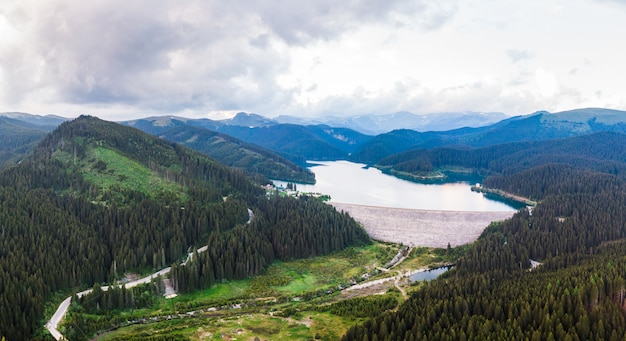 ブチェジ山脈のボルボシ湖の空中ドローンショット