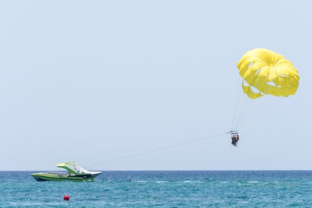 Люди веселятся на парашюте