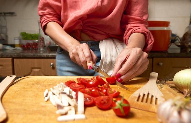 女性カットチェリートマトとキノコ