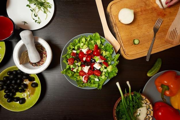 木製のテーブルで健康的なギリシャ風サラダ