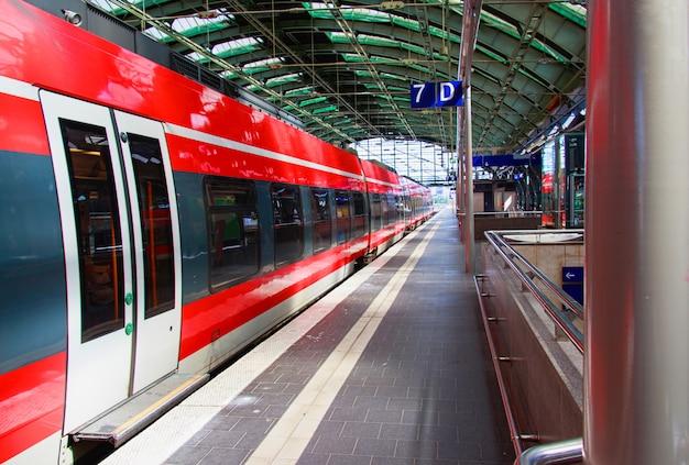 ドイツ、ベルリンの駅で赤い電車