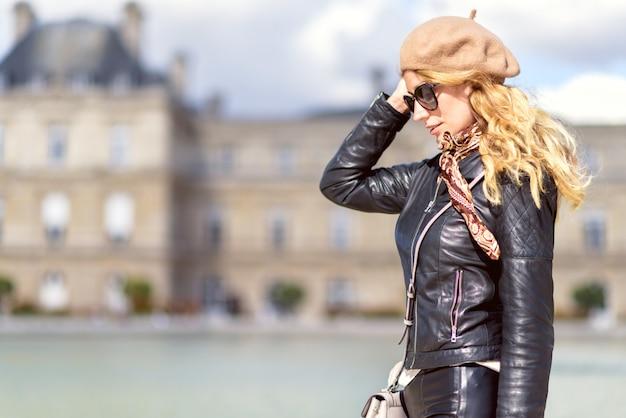 フランス、パリの女性