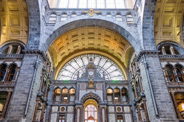 ユニークなデザインの有名なアントワープ中央駅のインテリア