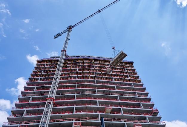 建設中のビル。ベルギーのアントワープで働くクレーン