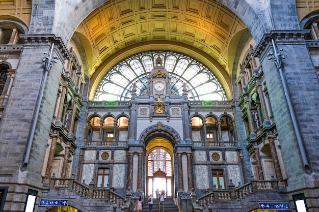 ベルギーの有名なアントワープ中央駅のインテリア