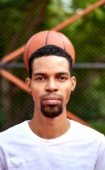 カメラにポーズのバスケットボール選手