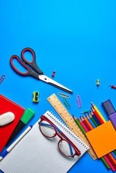 学校や事務用品のオーバーヘッドショット