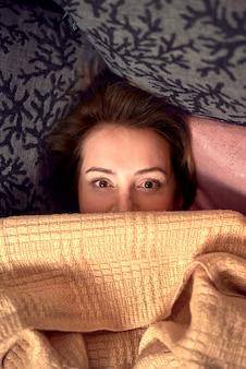 Красивая женщина позирует на кровати