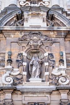 ベルギー、ブリュッセルのグランプラスからの教会