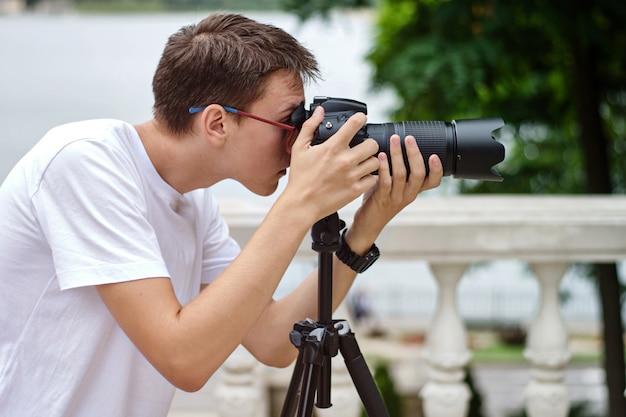 Фотограф, делающий фотографии с телеобъективом
