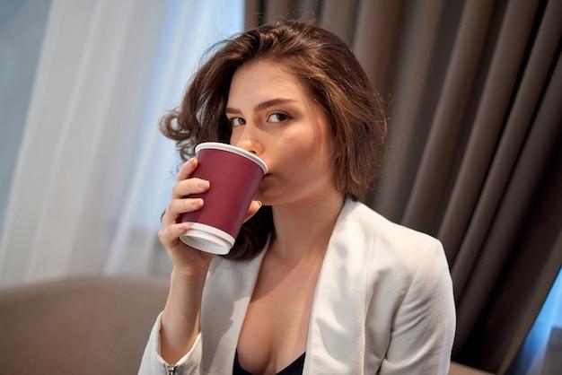 Молодая милая девушка, пить кофе в кафе