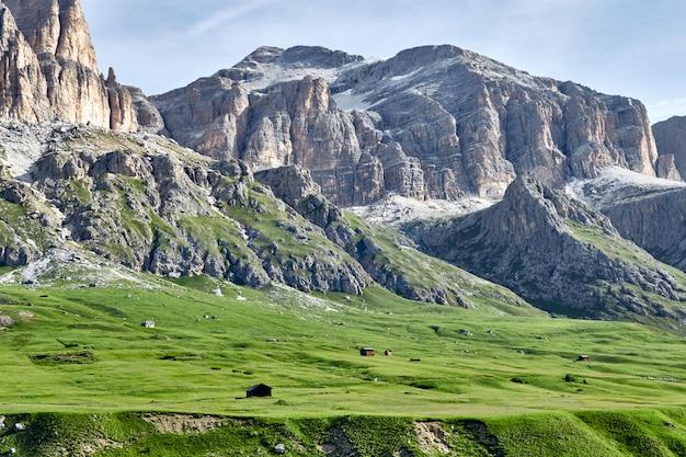 Доломитовые скалы горы с домами на переднем плане